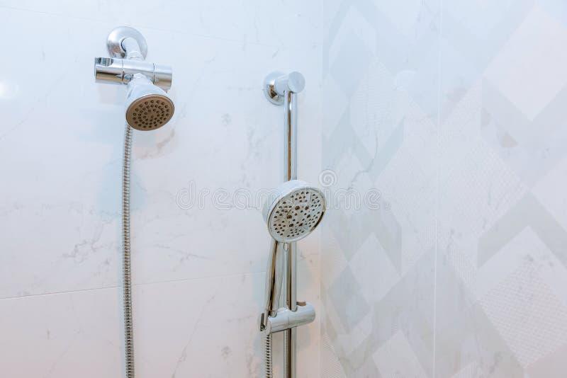 Prysznic głowy kabinka w nowożytnej łazience zdjęcia royalty free
