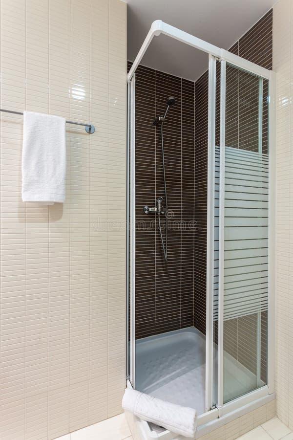 Prysznic kabina w łazience zamkniętej w górę obrazy royalty free