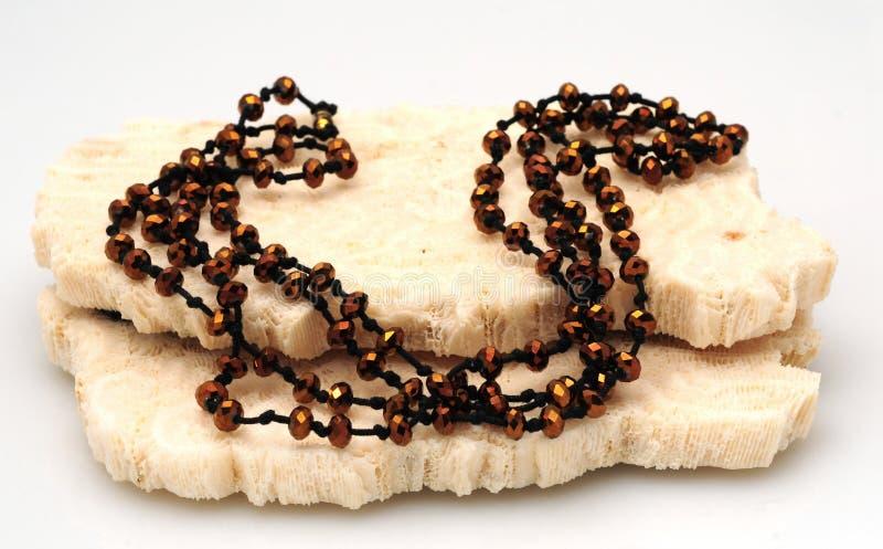 prytt med pärlor brunt halsband fotografering för bildbyråer