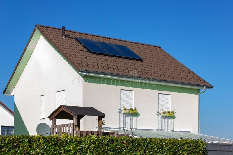 prywatny dom z panelem słonecznym zdjęcie royalty free