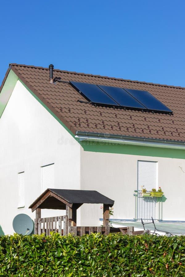 prywatny dom z panelem słonecznym zdjęcia royalty free