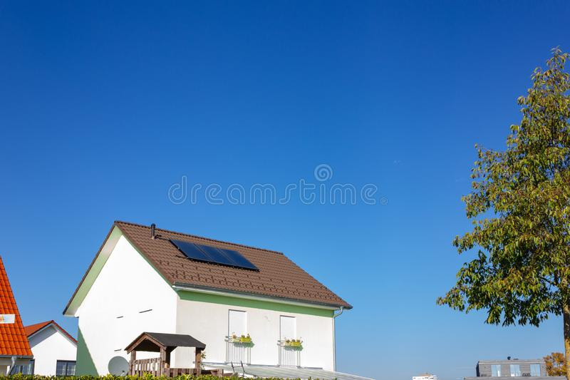 prywatny dom z panelem słonecznym obraz royalty free