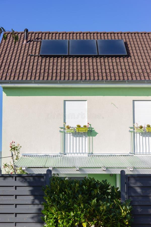 prywatny dom z panelem słonecznym zdjęcie stock