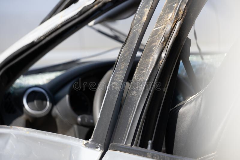 Przód biały samochód lub furgonetki rozbijamy wypadek na ulicie pojedynczy białe tło Save z ścinek ścieżką fotografia stock