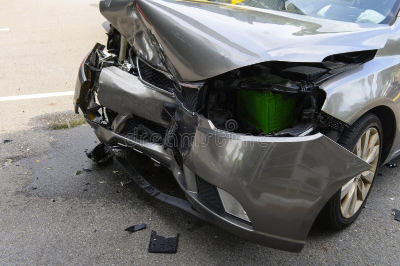Przód samochód dostaje uszkadzającym wypadkiem na drodze obraz royalty free