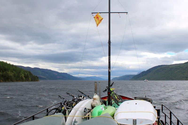 Przód łódkowaty żeglowanie w choppy jeziorze fotografia royalty free