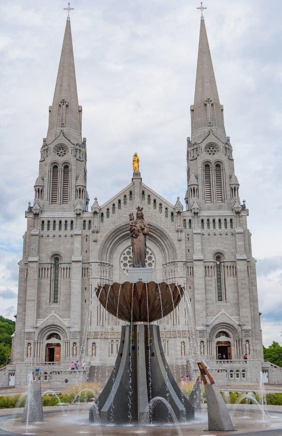 Przód bazylika de Kościół w Quebec Kanada z statuami i fontanną fotografia stock