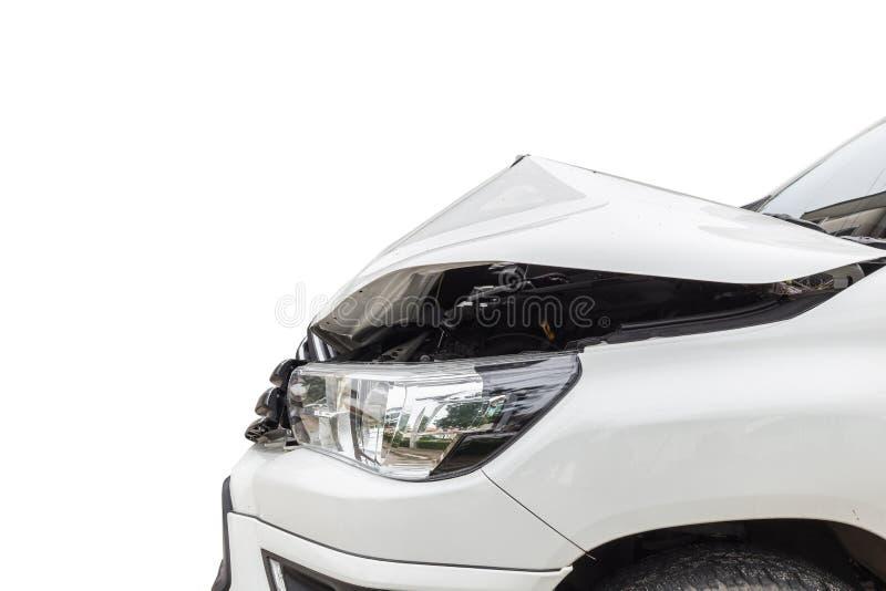 Przód biały pickup samochód dostaje uszkadzającym wypadkiem na drodze Ja zdjęcia stock
