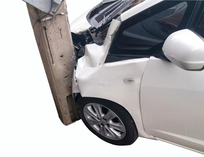 Przód biały samochód dostaje uszkadzającym wypadkiem fotografia royalty free