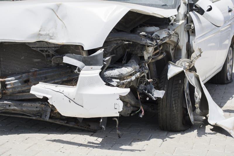 Przód biały samochód dostaje uszkadzającym wypadkiem na drodze obrazy stock