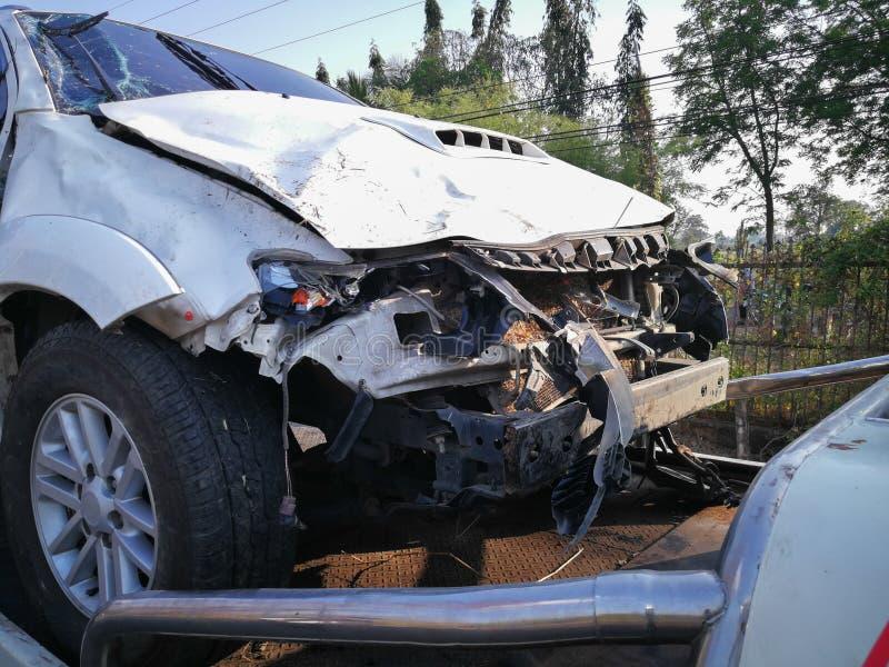 Przód biały samochód dostaje uszkadzającym wypadkiem na drodze obraz royalty free