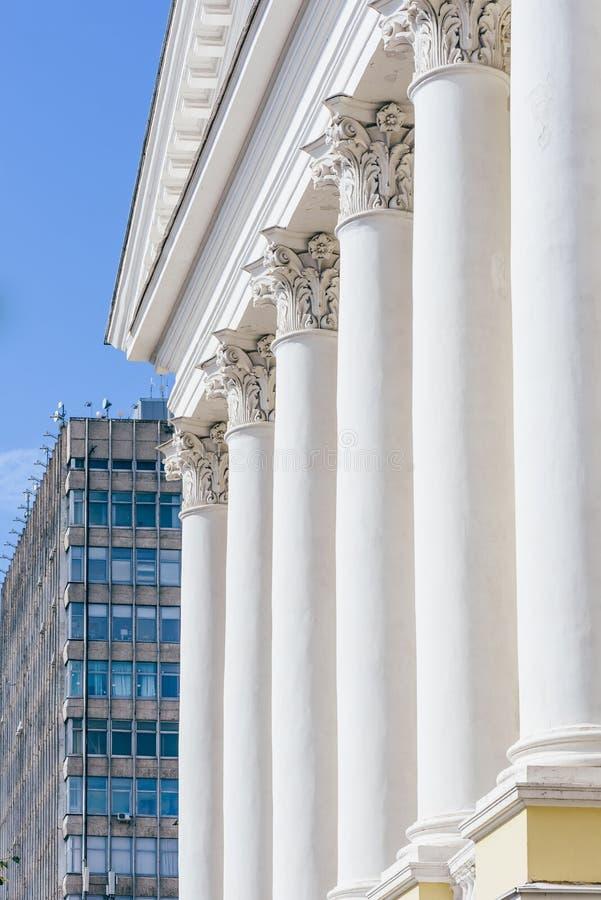 Przód Buildig z kolumnami i Skyscrapper na tle obrazy stock
