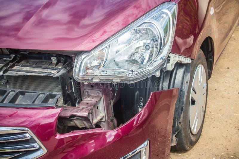 Przód czerwony nowy samochód zniekształcający wypadkiem Rozbijający nowy czerwony samochód fotografia stock