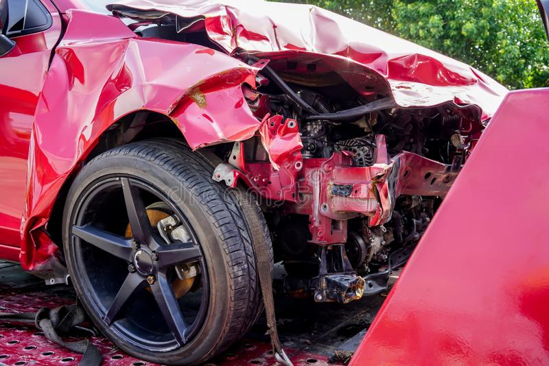 Przód czerwony samochód dostaje uszkadzającym wypadkiem na drodze zdjęcia stock