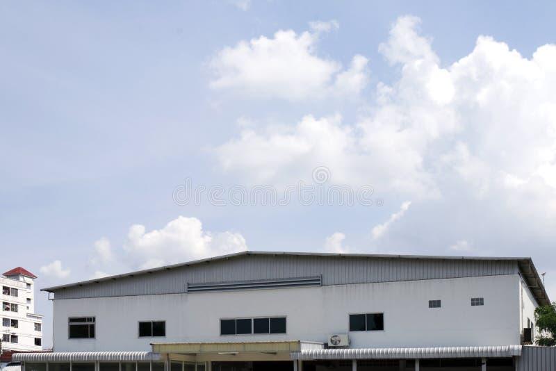 Przód dachu magazynu Fabryczny stary widok na nieba błękita tle obrazy royalty free