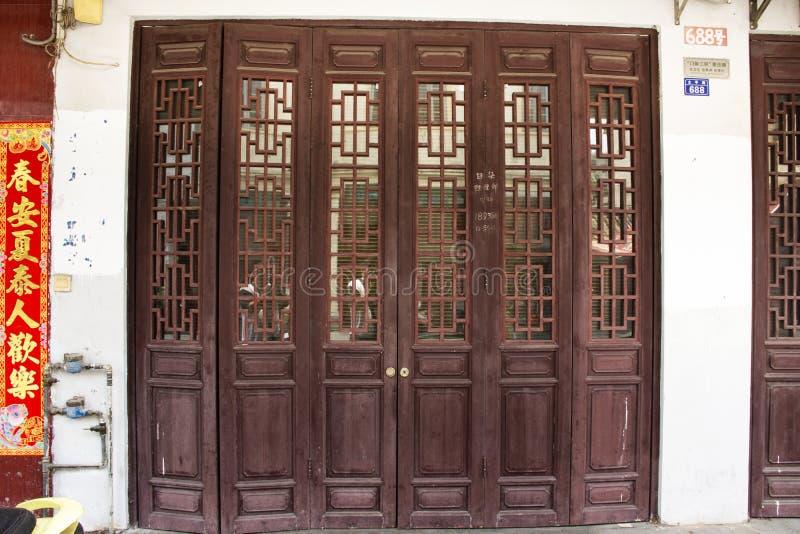 Przód domowy chiński styl z retro drewnianą drzwi, antyka rocznika i ściany dekoracją dom w starym miasteczku przy Chaozhou i obrazy stock