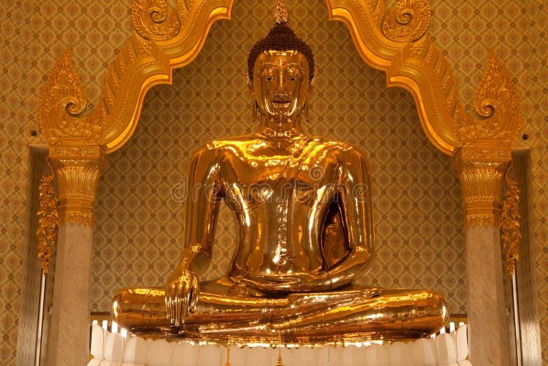 Przód duża złota Buddha statua w Trimit świątyni obraz stock