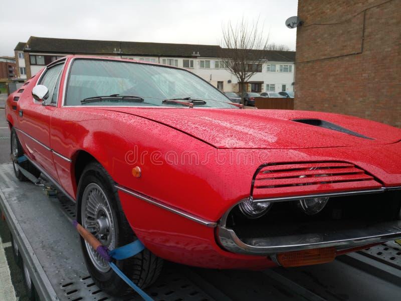 Przód jaskrawy czerwony rocznika samochód obraz stock