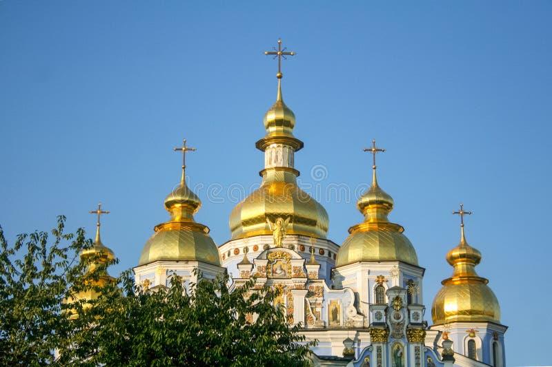 Przód Mikhailovsky monaster w Kijów, Ukraina, z ich typowymi złotymi kopułami zdjęcie royalty free