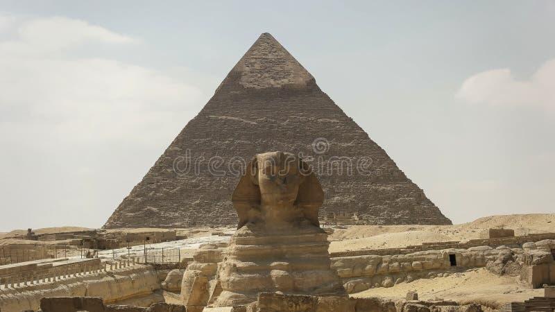 Przód ostrosłup khafre przy Giza blisko Cairo i sfinks zdjęcia royalty free