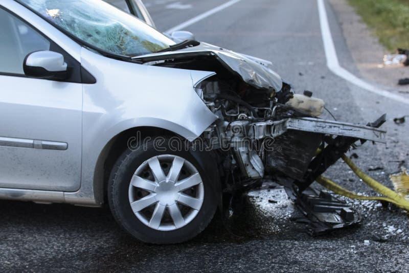 Przód samochód dostaje uszkadzającym trzaska wypadkiem zdjęcie stock