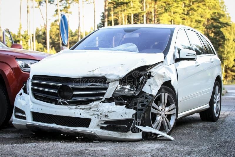 Przód samochód dostaje uszkadzającym trzaska wypadkiem fotografia royalty free