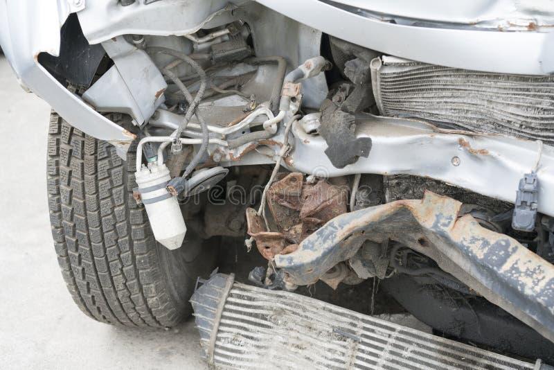 Przód samochód dostaje uszkadzającym wypadkiem na drodze Kraksa samochodowa wypadek na ulicie, uszkadzający samochody po karambol zdjęcia stock