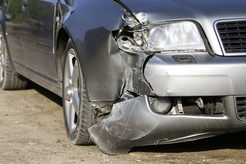 Przód srebny samochód dostaje uszkadzającym trzaskiem obraz stock