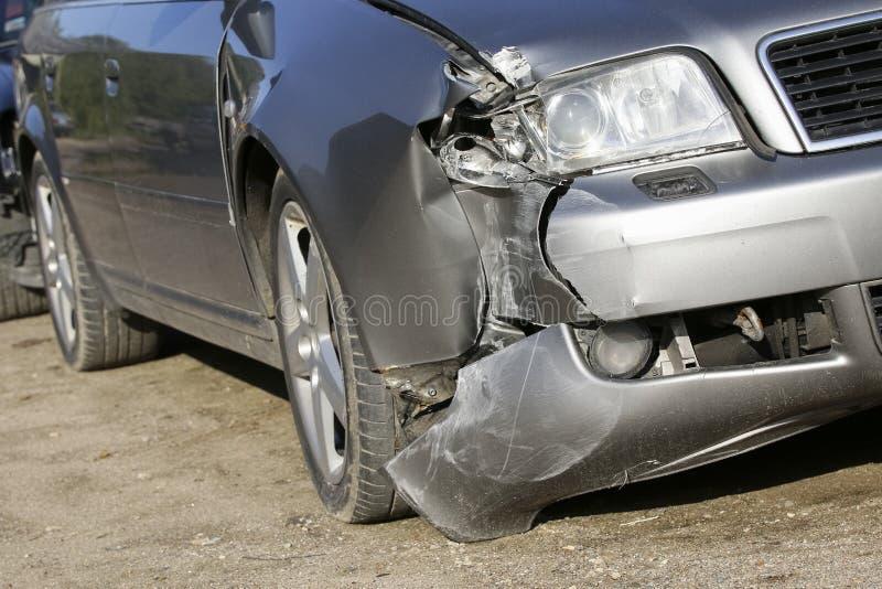 Przód srebny samochód dostaje uszkadzającym trzaskiem zdjęcie stock