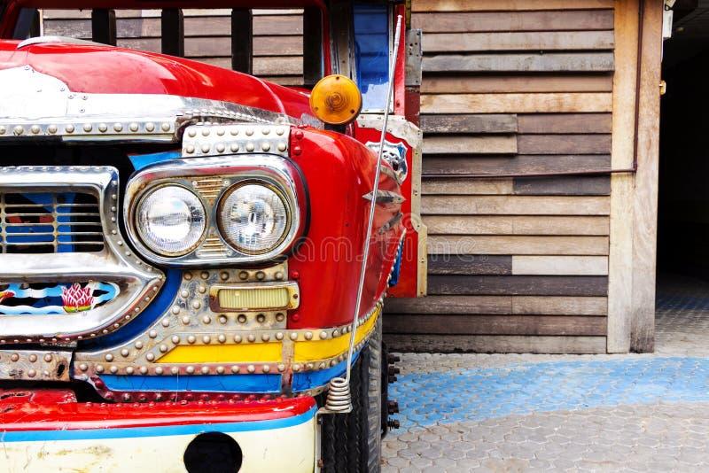 Przód stara rdzewiejąca ciężarówka z reflektorem i grillem pięknymi fotografia stock