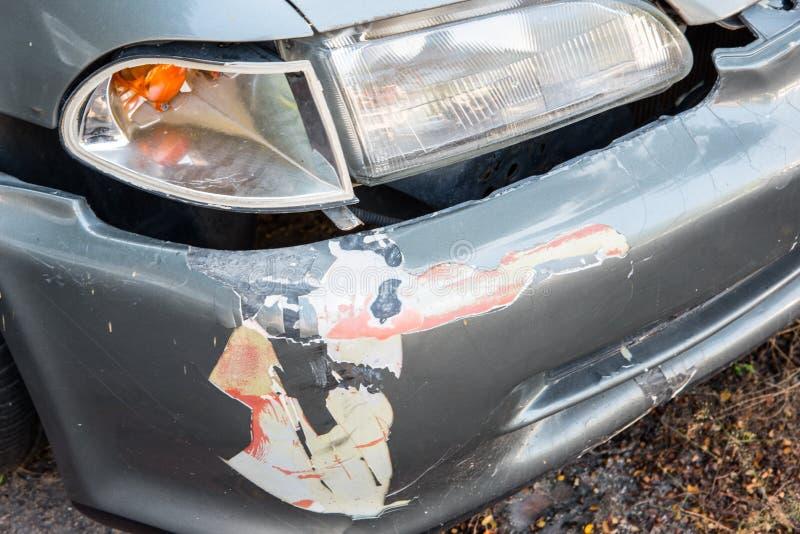 Przód szary samochód dostaje uszkadzającym wypadkiem na drodze fotografia stock