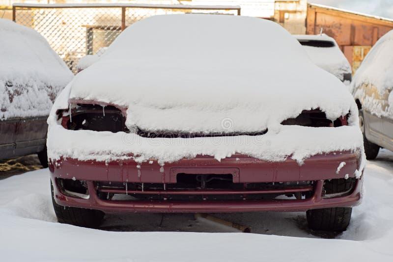 Przód zakrywający z śniegiem zaniechany samochód obrazy stock