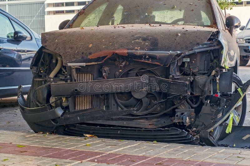 Przód zniekształcający wypadkiem nowy samochód zdjęcie stock