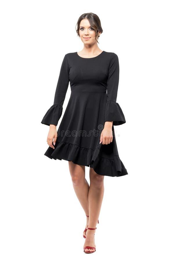 Przędzalniany ruch młody latynoski żeński tancerz w czarnej spływanie sukni zdjęcie royalty free