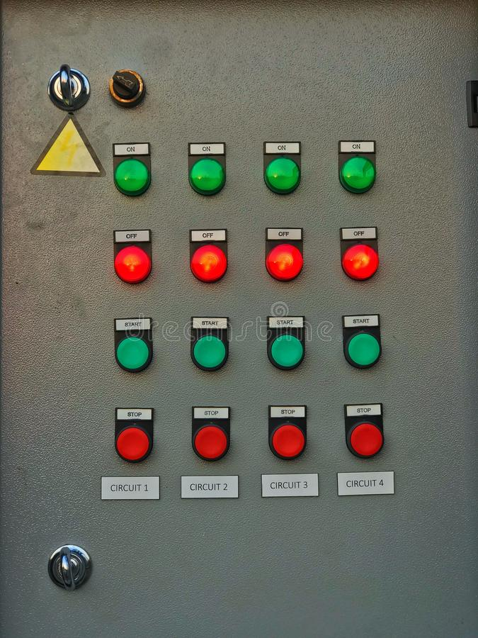 Przełączniki znajdują się na elektrycznym panelu sterowania zdjęcia stock