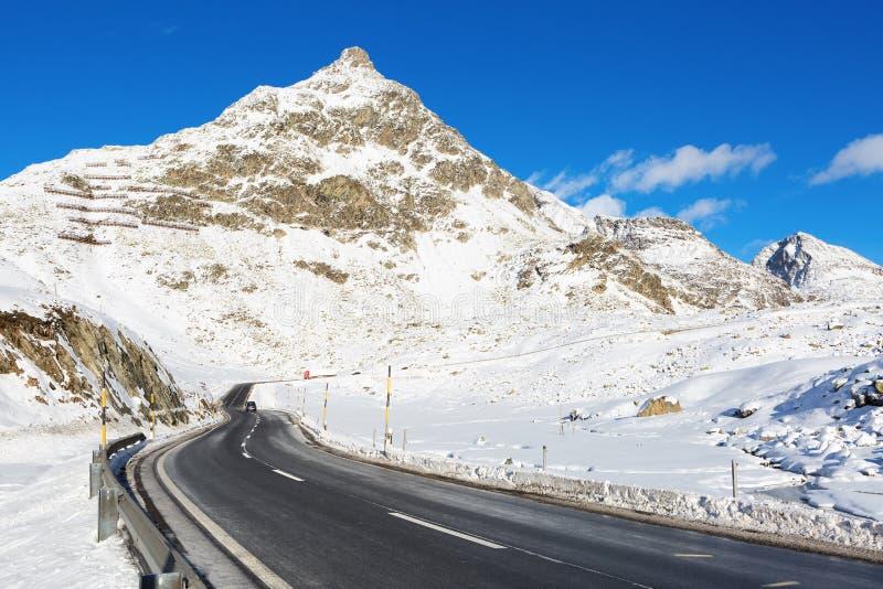 Przełęcz w pogodnym zima dniu zdjęcia royalty free