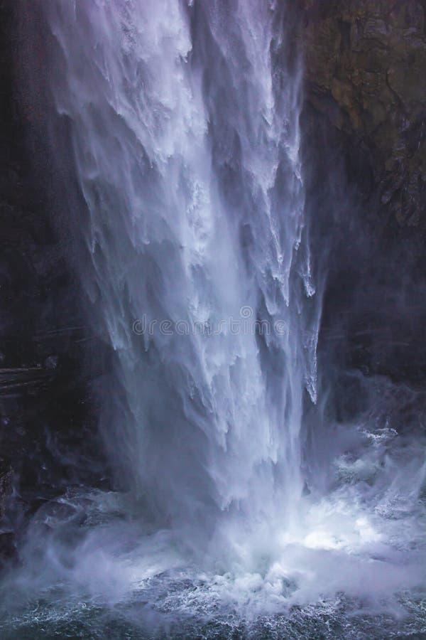 prześcieradła błękitna i biała woda spadają puszek w mgłę na mgławym dniu zdjęcie royalty free