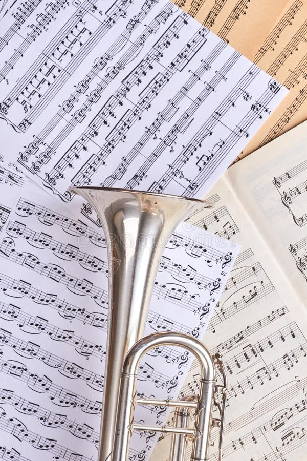 Prześcieradła muzykalne notatki i trąbka obraz royalty free
