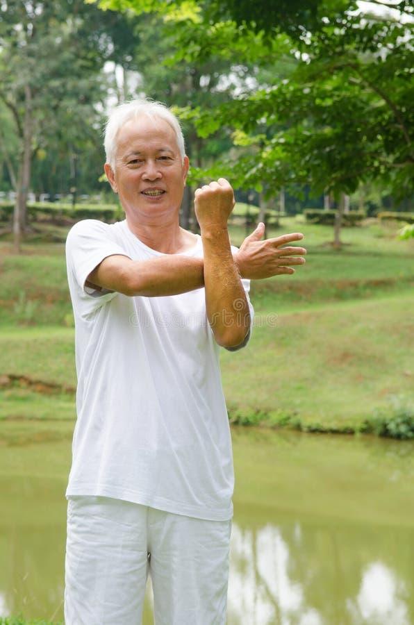 Przechodzić na emeryturę Azjatycki chiński starszego mężczyzna ćwiczyć zdjęcie stock