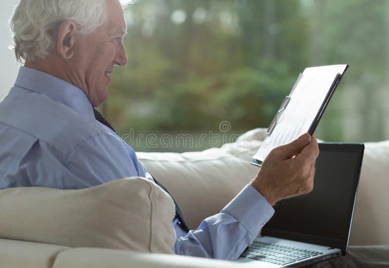 Przechodzić na emeryturę biznesmen analizuje biznesowe kolumny zdjęcia royalty free