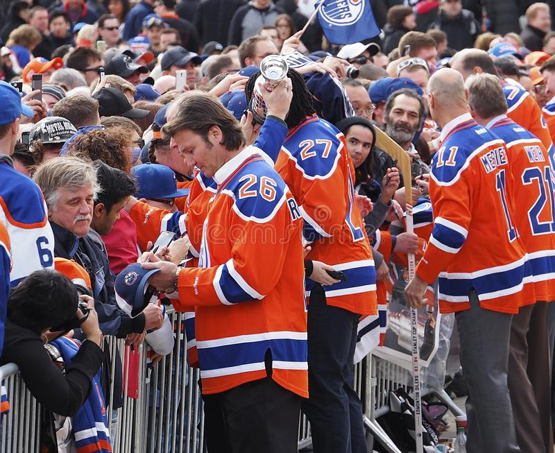 Przechodzić na emeryturę gracze w hokeja Podpisuje autografy Dla fan Odwiedza Edmonton Alberta zdjęcia stock