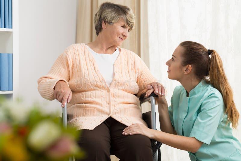 Przechodzić na emeryturę kobieta ma fachową opiekę obraz royalty free