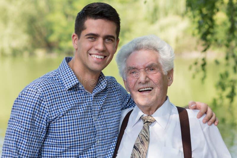 Przechodzić na emeryturę mężczyzna i jego wnuk fotografia stock