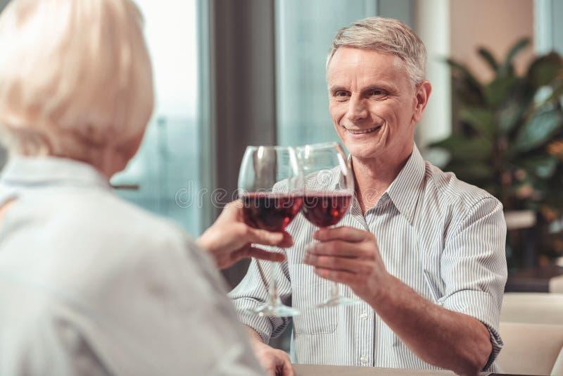 Przechodzić na emeryturę mężczyzna i kobieta świętuje rocznicę obrazy stock