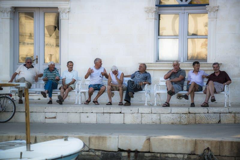 Przechodzić na emeryturę mężczyzna na ławce, Jelsa Craotia zdjęcia royalty free