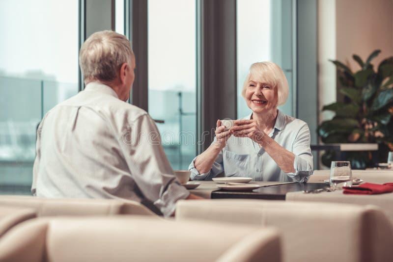 Przechodzić na emeryturę mężczyzny i kobiety obsiadanie w restauracji zdjęcia royalty free
