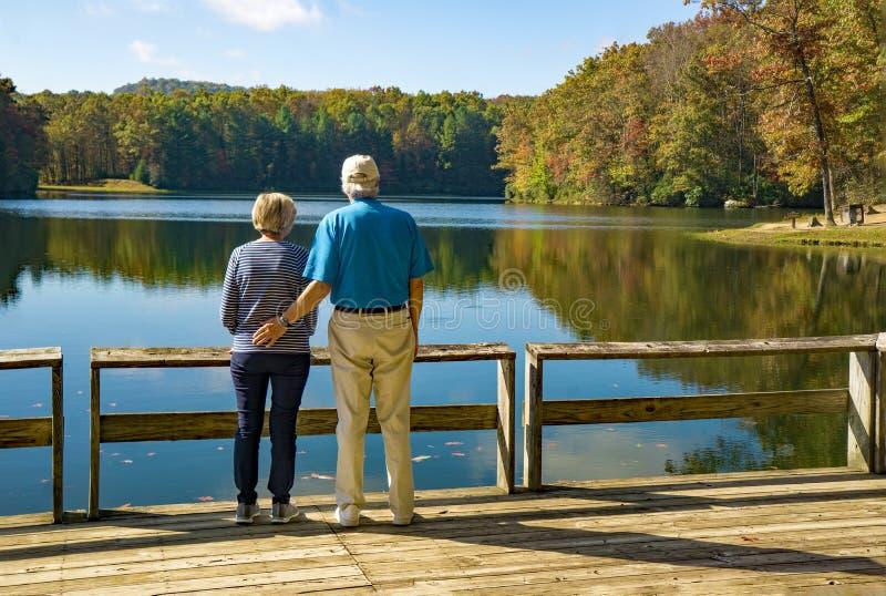 Przechodzić na emeryturę para przy Boley jeziorem, Zachodnia Virginia, usa obrazy stock