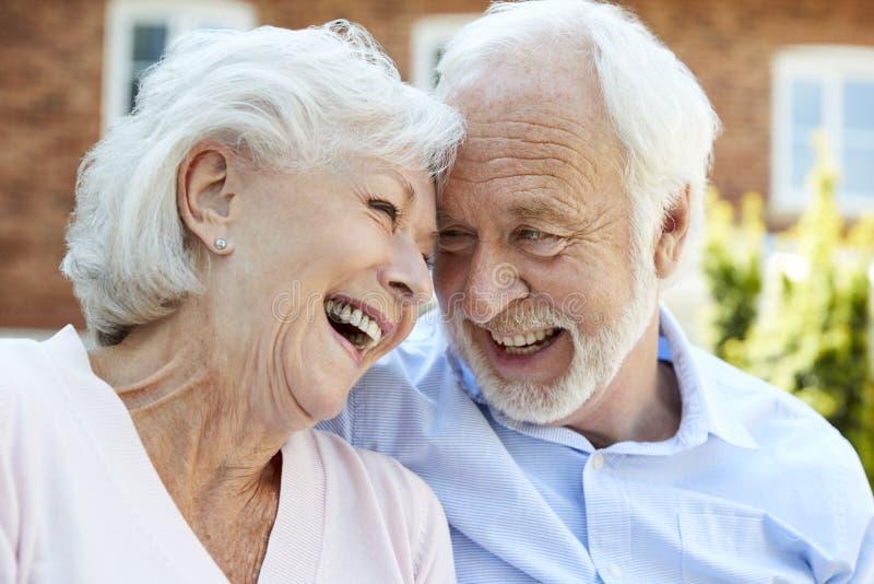 Przechodzić na emeryturę pary obsiadanie Na ławce I Opowiadać W Pomagającej Żywej łatwości zdjęcie stock