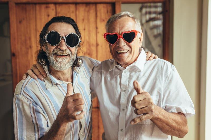 Przechodzić na emeryturę przyjaciele z partyjnym eyewear daje aprobatom zdjęcie royalty free