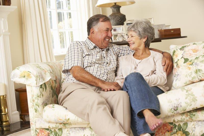 Przechodzić na emeryturę Starszy pary obsiadanie Na kanapie W Domu Wpólnie obrazy royalty free